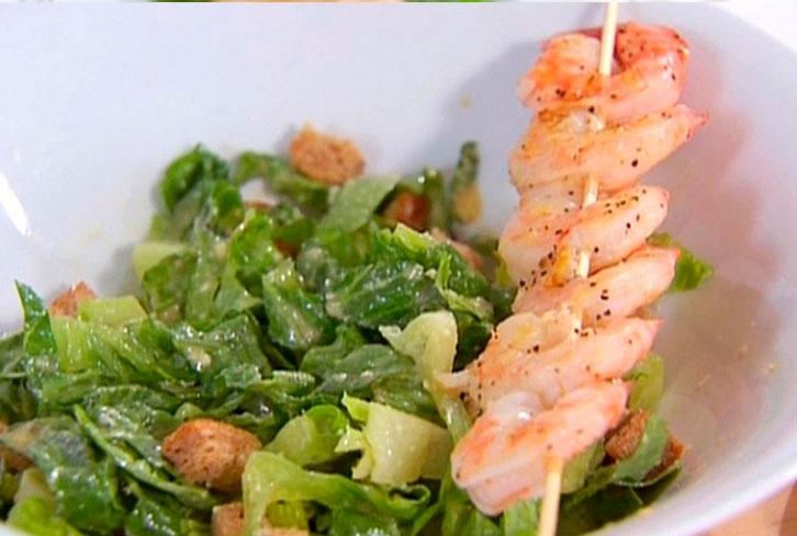 Салат цезарь с жареными креветками