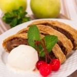Рулет из слоеного теста с яблоками и орехами а-ля Штрудель