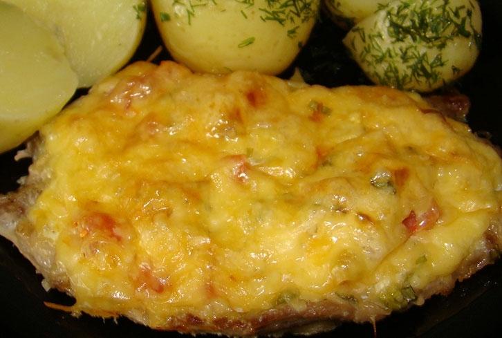 Отбивная с помидором и сыром