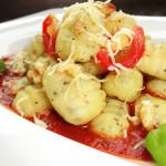 Картофельные ньокки с базиликом и грецким орехом в томатном соусе