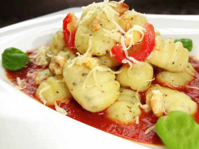 Картопляні ньокки з базиліком і волоським горіхом в томатному соусі