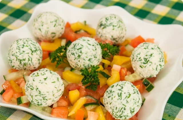 Овочевий салат з кульками з фети і маслин