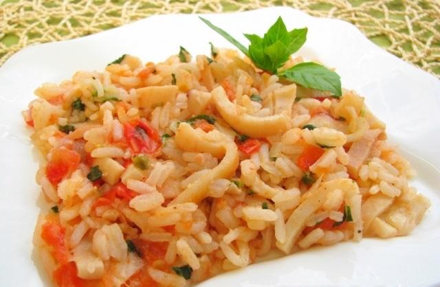 Кальмари з рисом і помідорами