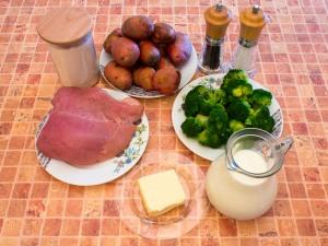 Запіканка з індичкою, брокколі та картоплею під соусом «Бешамель»