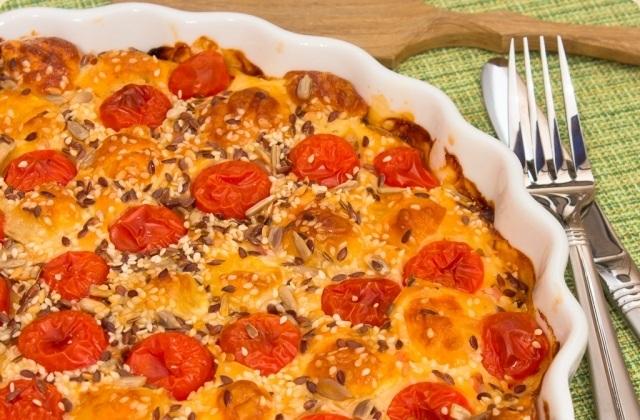 Пиріг з окостом, помідорами і сиром