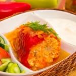 Перец, фаршированный индейкой, тушеный в помидорах