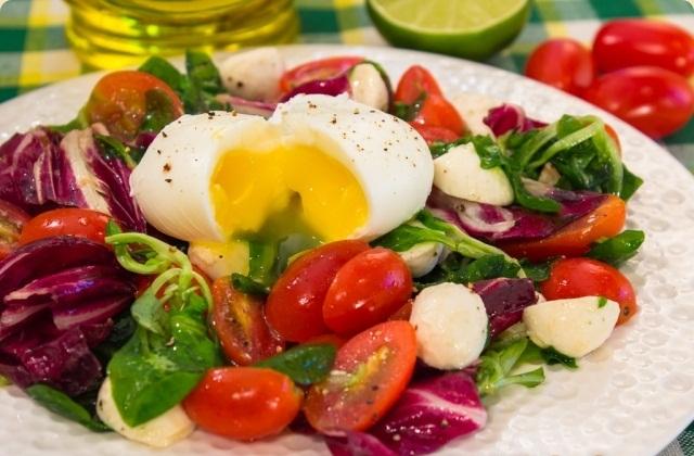 Салат з яйцем-пашот, помідорами і моцарелою