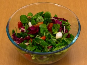 Салат з яйцем пашот, помідорами і моцарелою