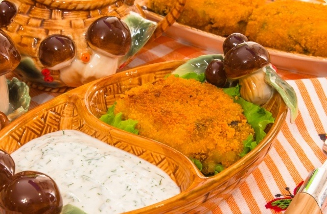 Картопляно-грибні котлети зі сметанним соусом