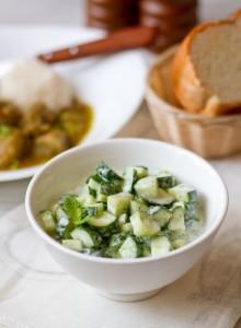 Огірковий салат з мятно йогуртовою заправкою