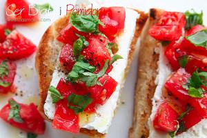 Бутерброд с белым сыром, помидорами и базиликом