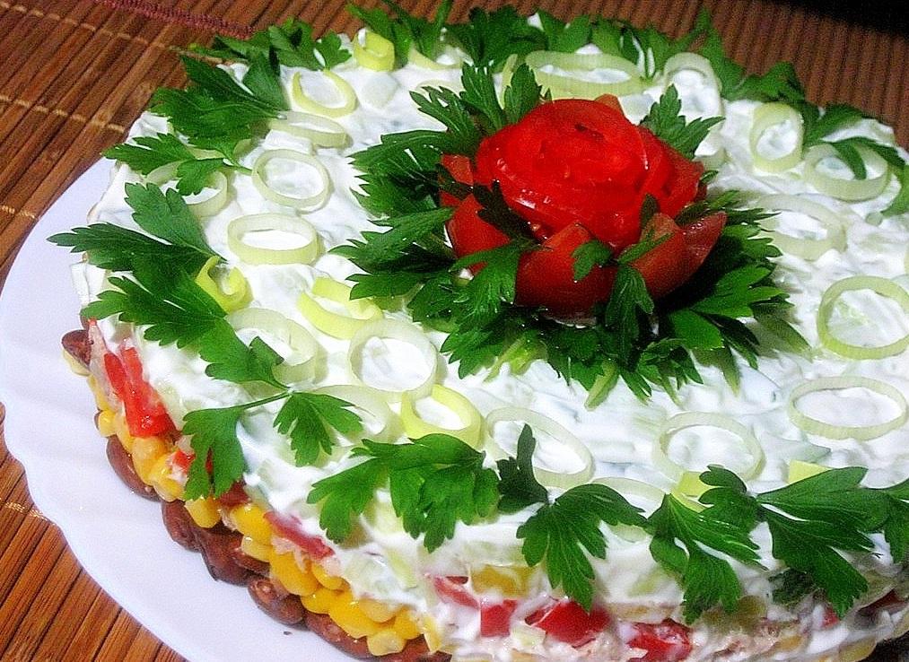 Салат з квасолею, тунцем і кукурудзою