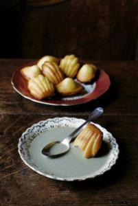 Цитрусовые мадленки с ванильным соусом