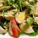 Салат з перепелиними яйцями, помідорами-черрі та моцареллою