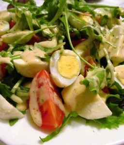 Салат з перепелиними яйцями, помідорами черрі та моцареллою