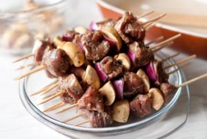 Шашлички з яловичини з грибами і цибулею