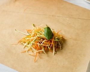 Тріска в конверті з пергаменту на подушці з овочевої локшини