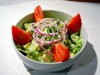 Салат из овощей и авокадо