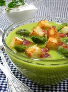 Весенний суп со спаржей и зеленым горошком
