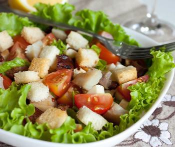 Салат з помідорами чері, куркою, сухариками