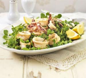Салат з кальмарами, свіжим огірком і кедровими горішками