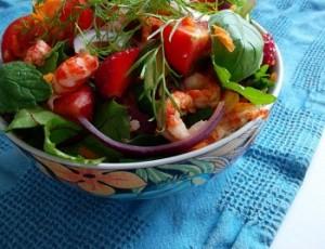 Салат из раковых шеек с зеленью и помидорами