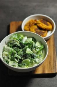 Зеленый салат с огурцами и мятой