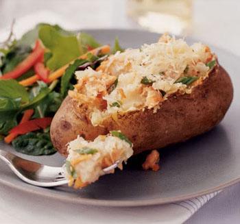 Запеченный картофель с луком и помидорами