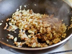 Свинячі ковбаски з білими грибами і гірчицею
