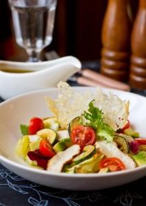 Салат з курки з цукіні і томатами черрі