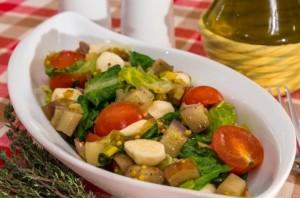 Салат с баклажанами, помидорами и моцареллой
