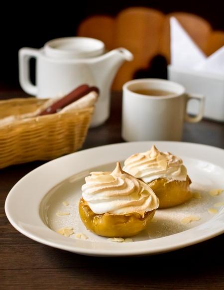 Печені яблука з медом і меренгою