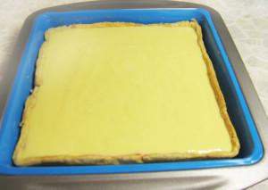 Пиріг зі сливами, сметаною і корицею