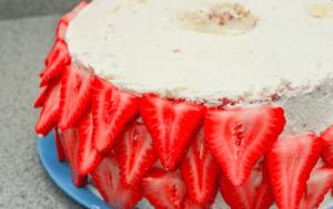 Праздничный клубничный торт