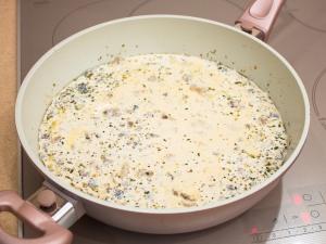 Свинина з грибами у вершково сирному соусі