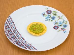 Овочевий салат з кукурудзяними чіпсами і курячими фрикадельками