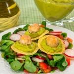 Овощной салат с кукурузными чипсами и куриными фрикадельками