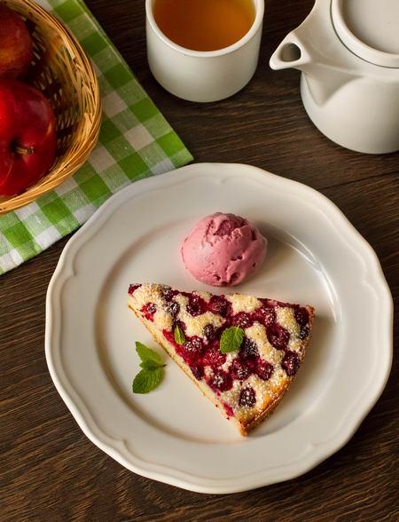 Бісквітний пиріг з малиною