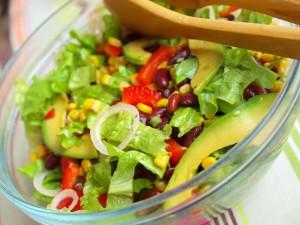 Мексиканский салат с красной фасолью и авокадо