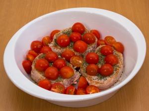 Свинина з помідорами, запечені у вершках