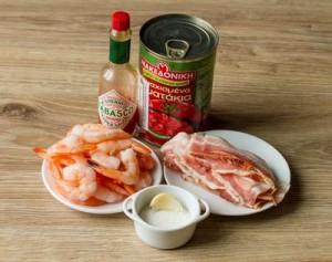 Смажені креветки в беконі з гострим томатним соусом