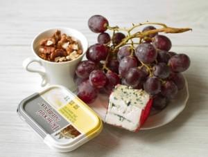 Закусочні кульки з блакитного сиру з виноградом