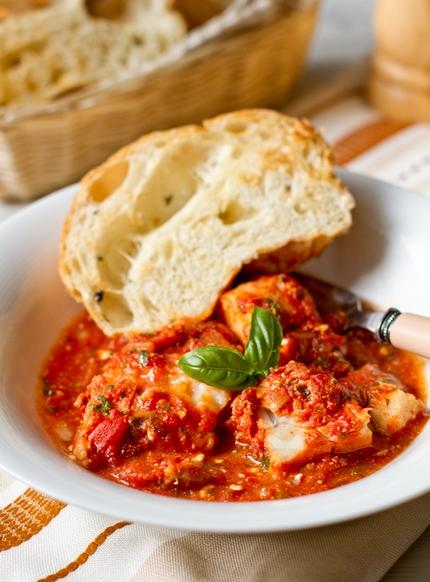 Тріска, запечена під томатним соусом з фетою