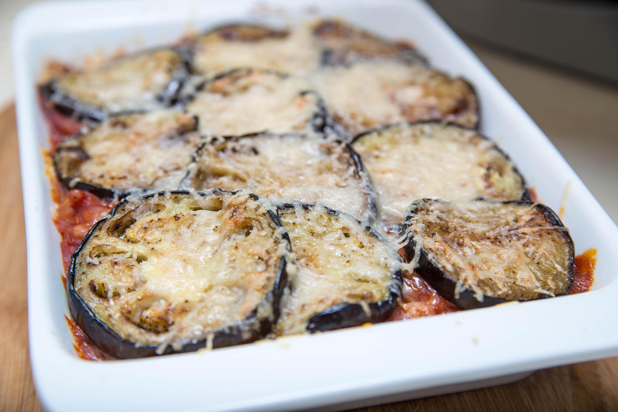 Баклажани, запечені з квасолею з томатним соусом