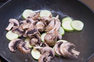 Салат з цукіні з грибами і мяким сиром