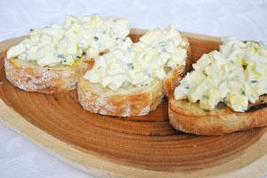 Салат з кальмарів з яйцем і сиром