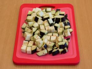 Салат з баклажанами, фунчозою і яловичиною