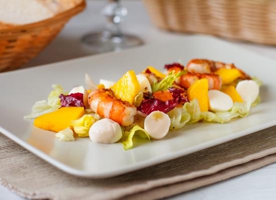 Салат з креветок з манго, міні-моцарелою і медовою заправкою