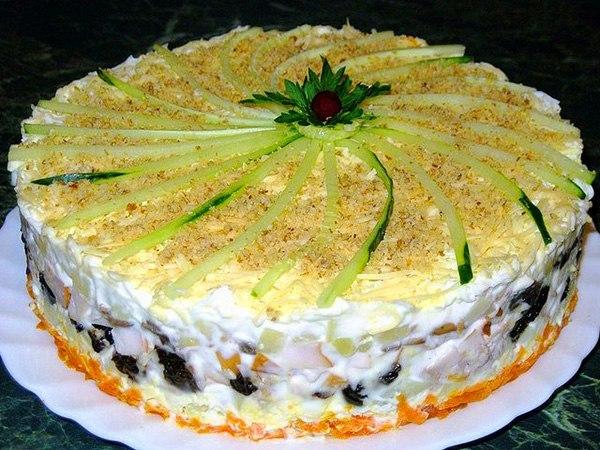 Салат с копченой курицей и черносливом