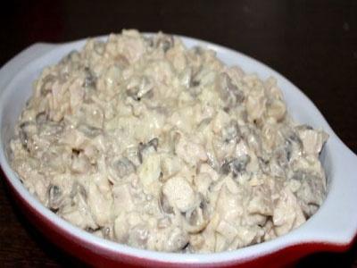 Салат з копченою куркою і грибами